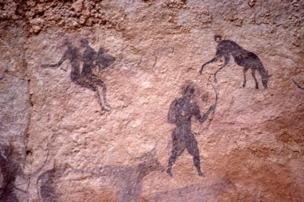 Site de Sefar (Tassili N'Ajjer, Algérie) / Peinture rupestre / Archer, chien sloughi et cueilleuses / 46N-P57-001
