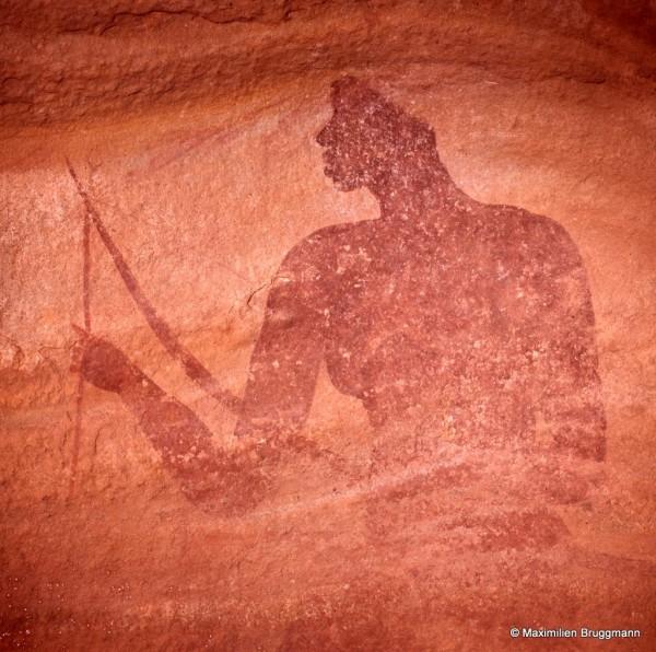 547 Tin-Aboketa (Tassili-n'Ajjer). — Sujet négroïde tenant un arc de la main gauche et dans l'autre, une flèche dont l'armature triangulaire est visible. Il mesure 1,60 m de haut.