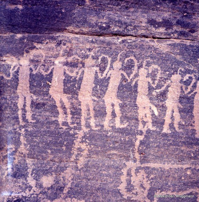 637 Bardaï (Tibesti). — Six personnages d'une fresque qui en comporte dix-huit, sur une longueur de 1,55 m. Chaque individu mesure plus ou moins 0,20 m de hauteur. Il s'agit peut-être d'une scène de danse. Chaque individu porte une plume, parfois deux, sur la tête. On ne peut dire s'ils sont habillés, le sexe apparent faisant penser le contraire. Mais il ne s'agit sans doute pas d'ithyphallisme.