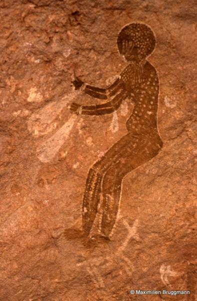 541 Tan-Zoumaïtak (Tassili-n'Ajjer). — Toujours les mêmes personnes ornées et à « tête ronde ». Celle-ci est peinte en marron clair surchargé de points blancs. Curieux ornements en forme de larme pendus aux bras : une grande au poignet, deux petites attachées en haut du bras. . Hauteur de l'individu orné : 0,72 m.