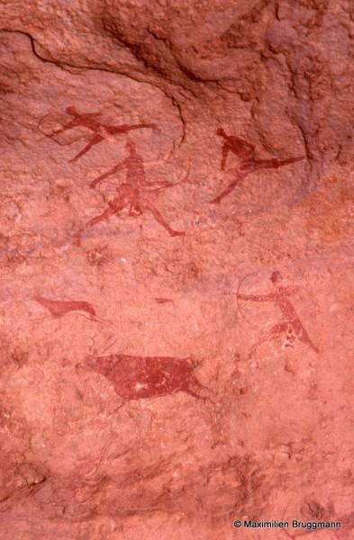 417 Jabbaren (Tassili-n'Ajjer). — Scène de chasse traitée à l'ocre rouge. Une gazelle et une antilope sont poursuivies par des chasseurs.