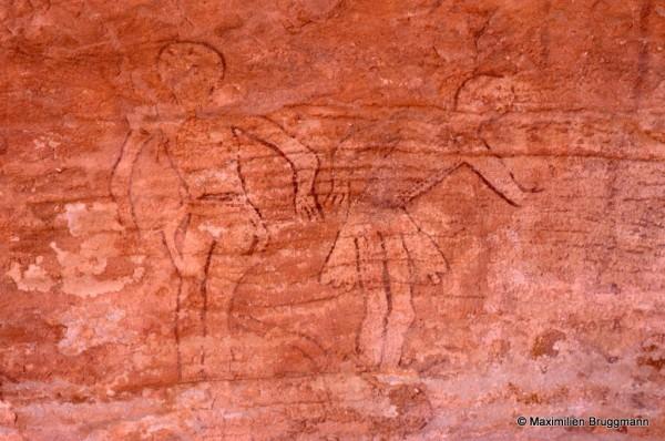 400 Jabbaren (Tassili-n'Ajjer). — Peinture en blanc de deux personnages dits « tête ronde ». En fait, leur tête est rouge. A droite, noter la « jupette transparente ». Largeur du panneau représenté : 0,78 m.