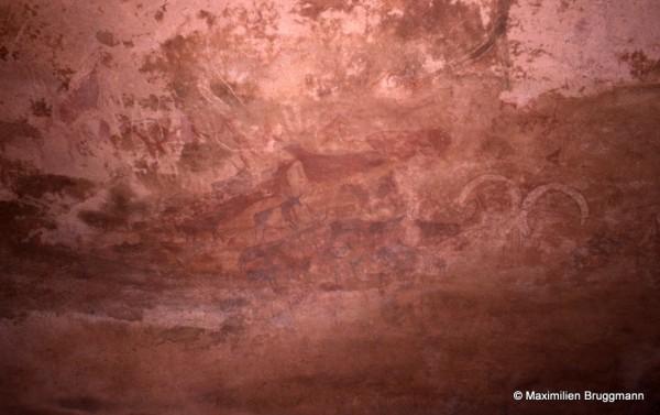453 Ouan Bender (Tassili-n'Ajjer). — Grand mouflon peint en blanc et évoquant les mêmes animaux liés aux « têtes rondes ». Bel ensemble polychrome de bovidés, antilopinés, caprins, humains... D'une corne de mouflon à l'autre : 0,53 m.