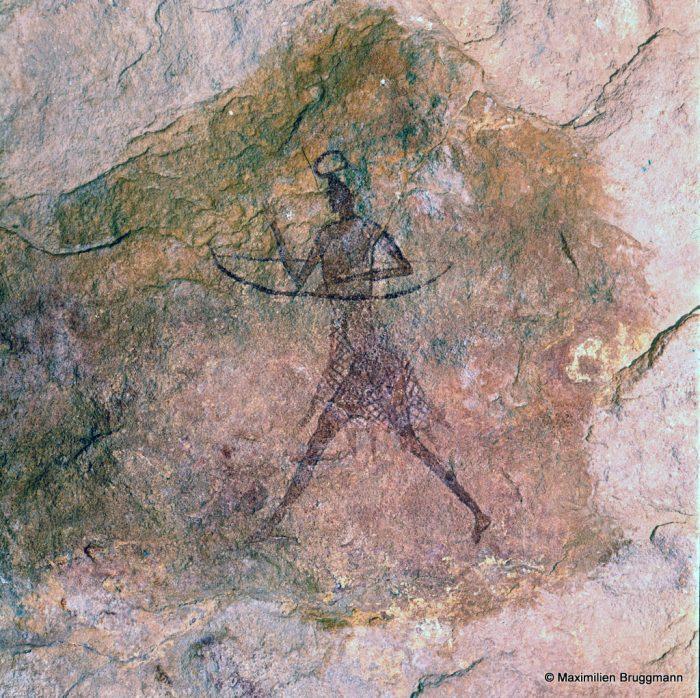 216 Tadrart Acacous. Ouan Amil. — Archer bovidien, longiligne, portant l'arc dans le main gauche. On ne distingue pas de flèche. La coiffure nous est familière. Une jupe, faite d'un filet ou d'une résille, semble superposée à une sorte de caleçon. L'arc mesure 0,14 m d'un bout à l'autre.