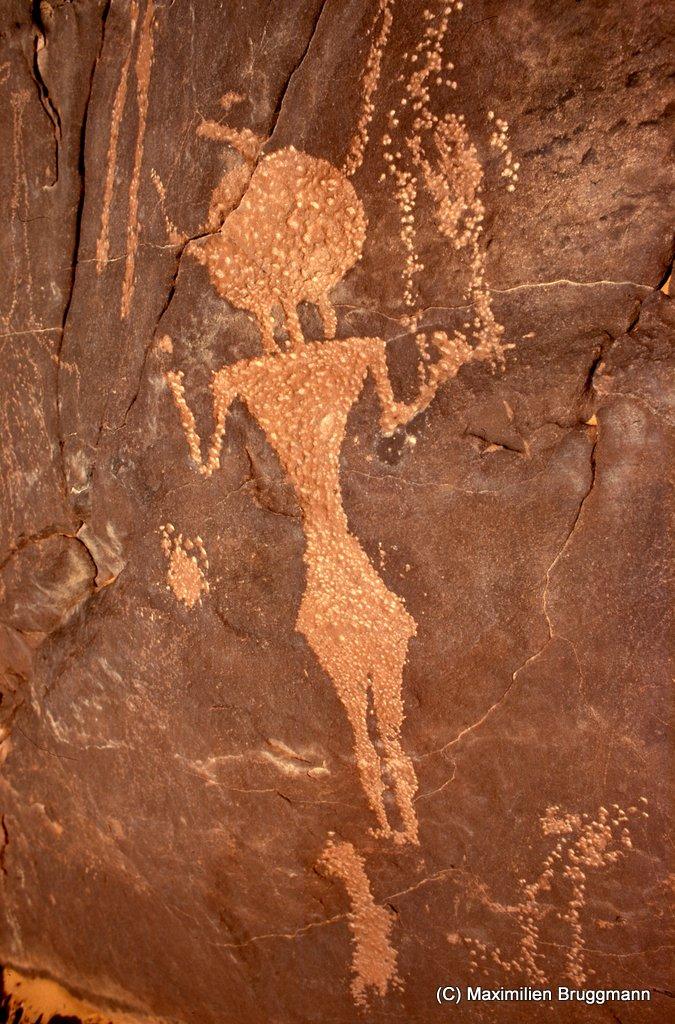 124 Enneri Blaka. Site 11. — Personnage bitriangu¬laire de l'époque garamantique. Gravure par pique¬tage. Allure gracile du sujet, qui mesure 0,64 m des pieds au bout de la plume surmontant sa tête.