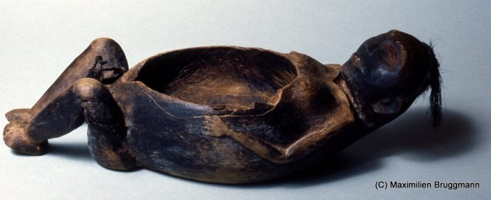This artifact,excaved in Ozette, is a wooden bowlfor fish oil (31cm / 12 inches).