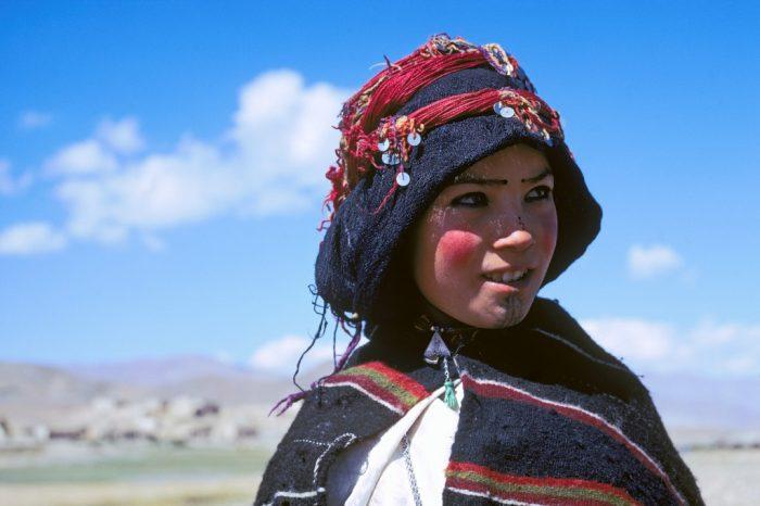Future fiancée. Dans le Haut-Atlas marocain, Imilchil est célèbre pour son « moussem des fiancés », foire annuelle où les bergers de la tribu Haït Haddidou choisissent avant l'hiver une compagne qui restera avec eux … au moins jusqu'au printemps. Cette gamine aux joues rehaussées de rouge sourit peut-être déjà à l'idée de ces étonnantes fiançailles.
