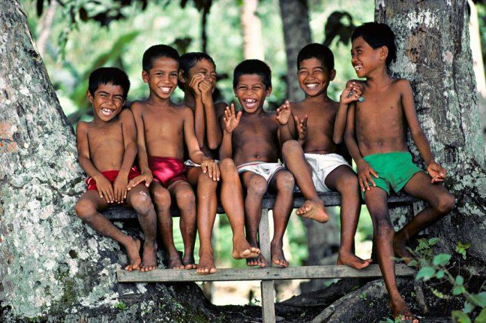 Sourires d'avant. L'île d'Ambon, dans l'archipel indonésien des Moluques, a été marquée, entre 1999 et 2002, par un violent conflit communautaire entre chrétiens et musulmans. Si ce drame ne se lit pas sur le visage de ces gamins insouciants, tout juste revenus d'une folle baignade, c'est que ce cliché date d'avant !