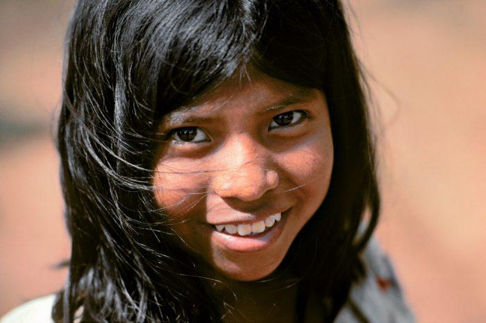 Le sourire de Yanina. Yanina appartient au peuple Guayni, des Indiens agriculteurs, naguère rétifs au modernisme mais qui doivent aujourd'hui quitter leurs terres trop pauvres pour s'enrôler dans l'industrie bananière. (Alto Caballero, Province de Chiriqui, Panama)