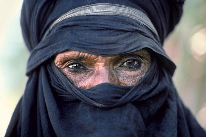 Le regard d'Abakaoua. Dans sa tenue indigo, le chef Abakaoua ag Kanom, symbole de la résistance obstinée du peuple targui Kel Tédélé, porte fièrement ses 72 ans et souligne d'un trait de khol la volonté tenace de son regard. (Région de l'Aïr, Niger)
