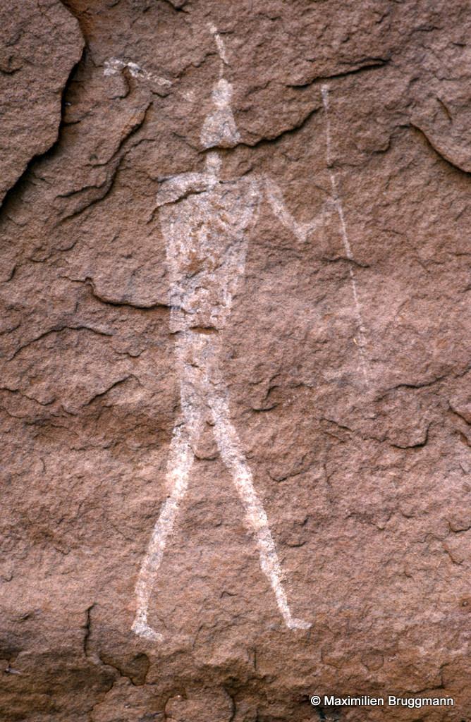 299 In Djaren (Tadrart). — Abri. Lancier (?). Ce personnage peint en blanc est du style de Ouan Amil (photo 215) : même morphologie et même style.