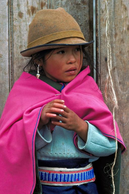 Ximena de Cajabamba. Ximena vit à Cajabamba, un village de 2300 habitants situé dans la plaine fertile de l'Equateur. Elle porte le chapeau, les boucles d'oreilles et le ceinturon traditionnels mais la mantille et le pull-over viennent sans doute de Chine. Ainsi va la mondialisation, d'un bout à l'autre de la planète. (Cajabamba, Province de Chimborazo, Equateur)