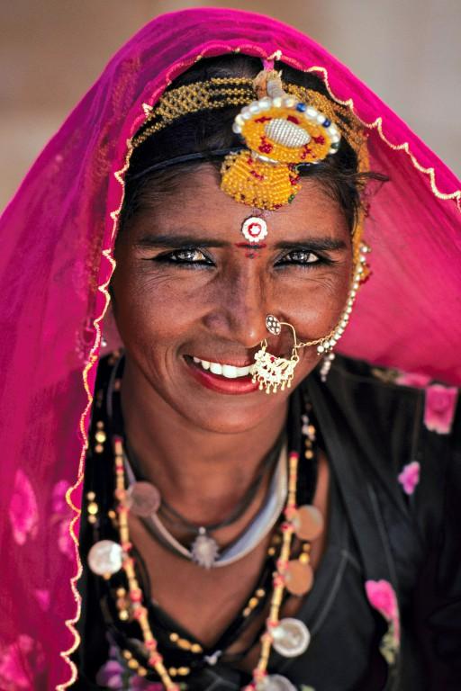 Belle du Rajasthan. Abhirushi porte bien son nom, qui signifie « belle » au Rajasthan. Nomade, elle porte de très beaux bijoux traditionnels mais que seraient-ils sans l'éclat de son sourire et la finesse de son regard ? (Région d'Udaipur, Rajasthan, Inde)