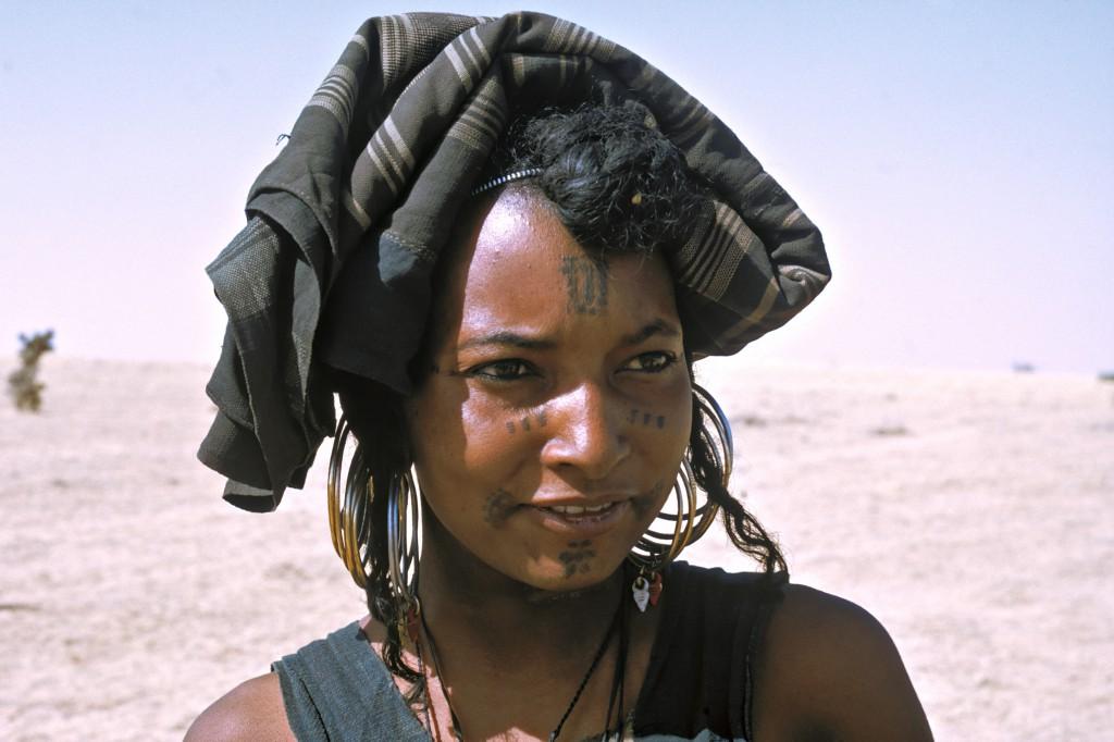 Pure parmi les purs. Mariam est une femme Peulh Bororo. La tribu des Bororo, foncièrement animiste, forme une société endogame. Les mariages se font donc obligatoirement au sein du groupe, ce qui permet aux Bororo de se proclamer les plus « purs » parmi les Peulhs. (Région de Tahoua, Niger)