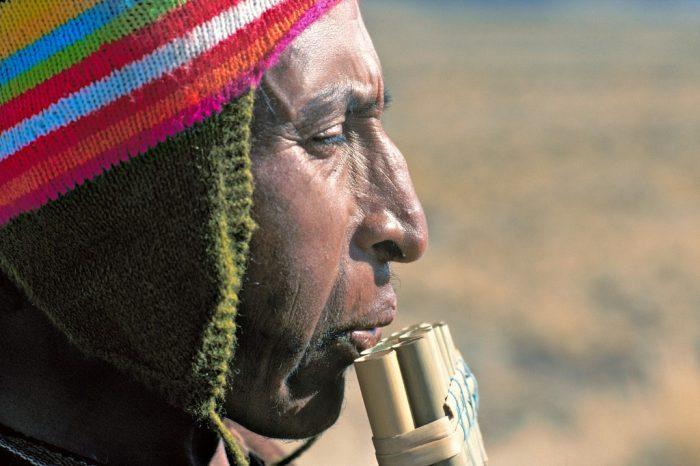 Flûte de pan. Indien Aymara de l'Altiplano péruvien, Wayra joue de la zampona, flûte de pan constituée d'une double rangée de tubes de roseau. Instrument incontournable de la musique traditionnelle andine, facile à transporter, la zampona accompagnait autrefois – et accompagne toujours – les bergers d'altitude dans le silence de leur solitud