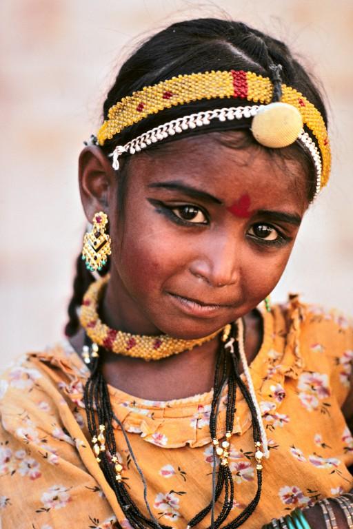 Les yeux de l'Eau. Mârusthali, ce nom donné au désert du Thar signifie « le pays de la mort ». La vie y est pourtant présente et la petite Ambu porte dans son prénom l'espérance de lendemains plus fertiles, puisqu'il signifie « l'eau », cette source de vie qui brille dans son regard et sur ses lèvres. (Rajasthan, Inde)