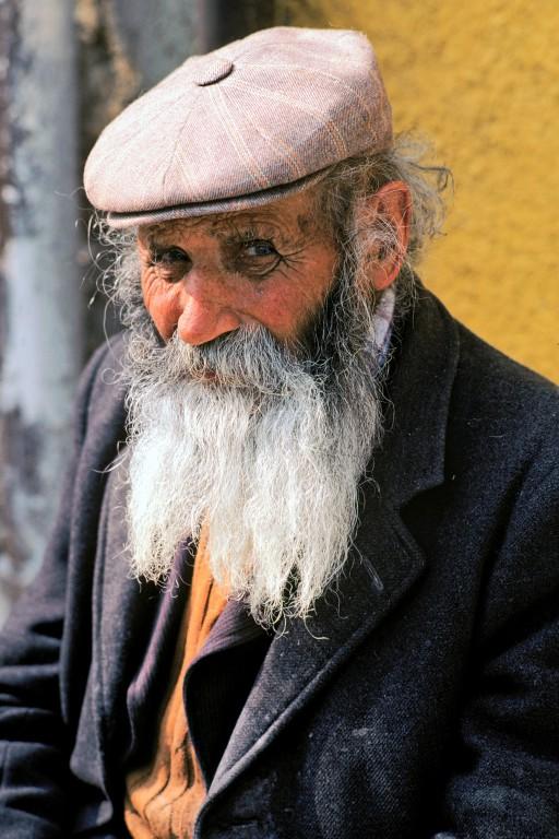 La force de l'âge. Dans son village de Sardaigne, le vieil Azeglio ne fait pas son âge. D'ailleurs, il n'a pas d'âge. Ou bien il n'en a plus. A moins qu'il ne le cache derrière sa barbe. Mais à quoi bon ? En Sardaigne comme dans tous les lieux où la sagesse s'acquiert avec la peine, la jeunesse du cœur dure aussi longtemps que la vie.