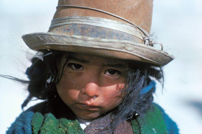 Chapeau Amaya ! Amaya a trop froid pour sourire. D'ailleurs, elle vient de pleurer et son nez en témoigne encore. Sur l'Altiplano bolivien, à 4000 mètres d'altitude, le froid vous pince le cœur et vous cisaille le corps. Le chapeau enfoncé jusqu'aux oreilles et l'écharpe bien serrée autour du cou vous permettent de résister un peu plus longtemps. Mais bon sang que la vie est dure !