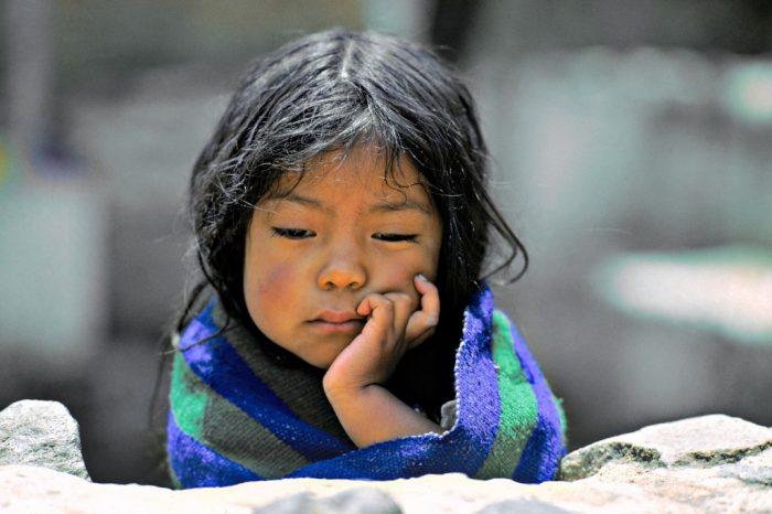 Perdue dans ses pensées. Mais à qui donc peut bien penser Gabriela, petite Indienne du Guatemala. Inquiète ? Pas vraiment. Résignée ? Certainement pas. Boudeuse ? Un peu. Profonde ? Oh que oui ! Fatiguée ? Sans doute. Préoccupée ? Il semble. Sereine ? Aussi. Amoureuse ? Allez savoir… (San Cristobal de Totonicapan, Guatemala)