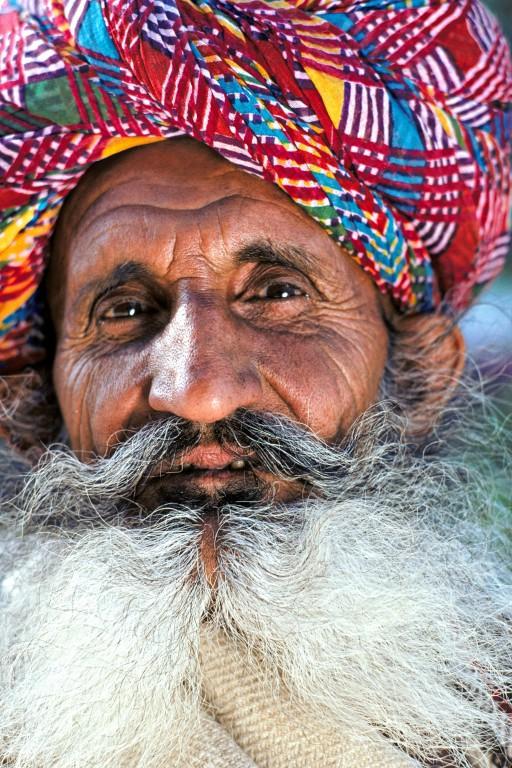56.Mémoire vivante. Des rives de l'Indus jusqu'aux portes de l'Occident en passant par les steppes de l'Asie centrale, se souvient-il de ces caravaniers et de ces chameaux transportant les épices odorantes vers les tables d'Europe. Les a-t-il vus ? Du moins se rappelle-t-il qu'on le lui a raconté. La mémoire reste vivante aussi longtemps que le regard et la parole s'en souviennent. (Jodhpur, Rajasthan).